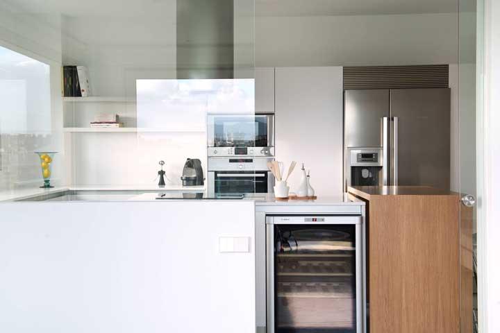 Ou quem sabe você prefira apenas uma divisória simples de vidro entre a sala e a cozinha