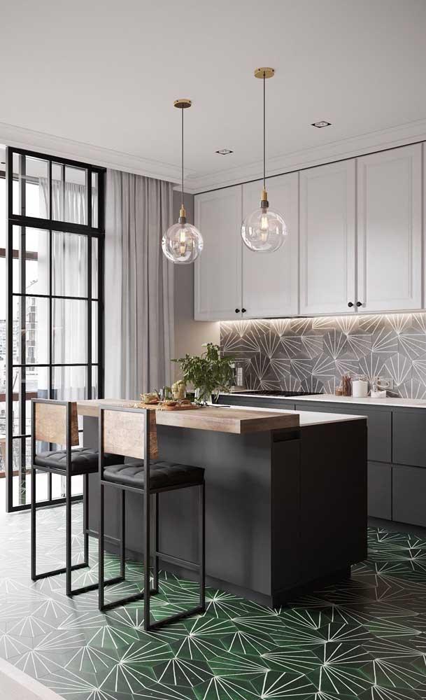 Cozinha americana planejada moderna, os tons neutros e sóbrios são o destaque por aqui