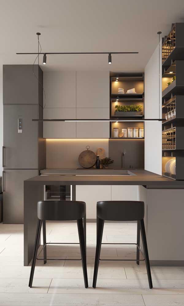 O projeto de iluminação teve um peso importante nessa cozinha americana