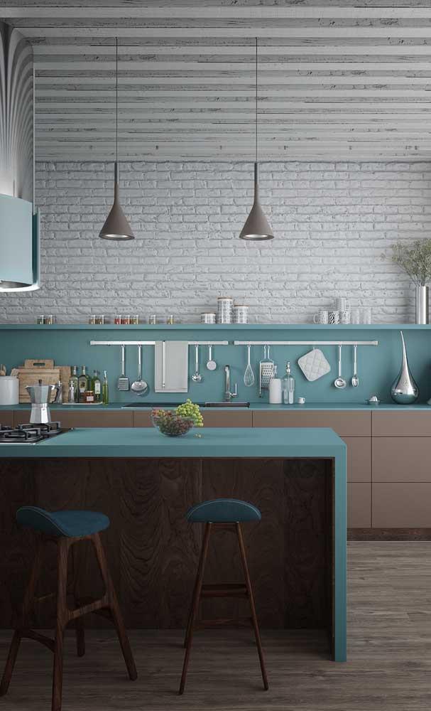 O azul celeste dá o toque de personalidade nessa cozinha americana