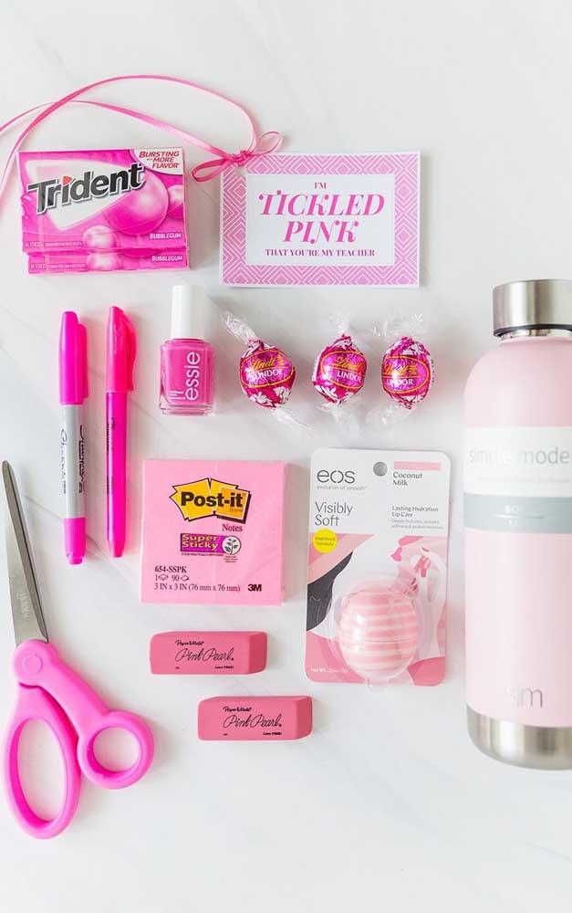Lembrancinha para o dia dos professores em cor de rosa. Você pode aperfeiçoar a ideia usando a cor preferida do seu professor