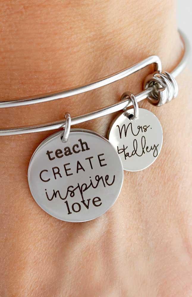 Olha outra ideia de gargantilha para presentear sua professora. Repare que essa aqui é bem personalizada