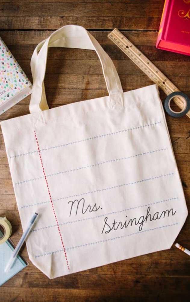 E que tal bordar uma sacola de algodão cru imitando um caderno com margens? Não se esqueça de colocar o nome do professor ou professora