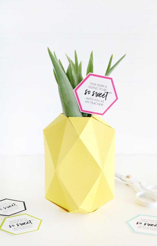 Essa sugestão criativa é um vaso de babosa envolto em uma embalagem que faz lembrar um abacaxi