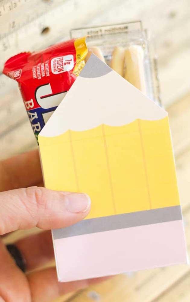 A caixinha em formato de lápis se tornou o suporte para os doces da lembrancinha para o dia dos professores