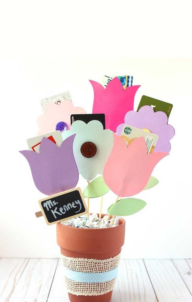 Vasinho com flores de papel: lembrancinha para o dia dos professores simples e bonita