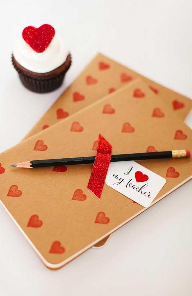 Kit lembrancinha para o professor: caderno, lápis e um cupcake decorado