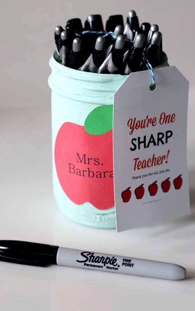 Um pote de canetas para o dia do professor: uma lembrancinha pra lá de útil
