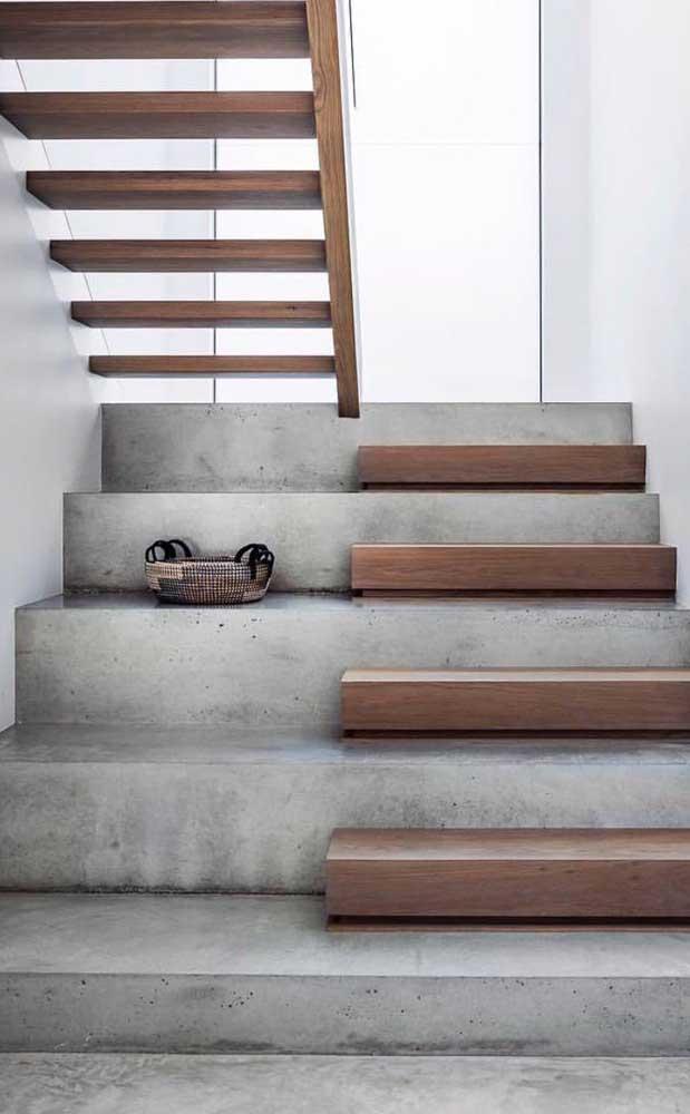 Escada moderna com mix de materiais e um formato em L inovador