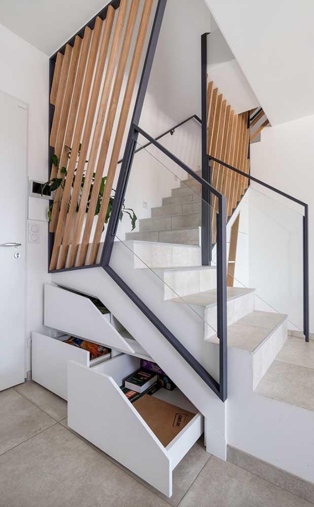 Madeira, vidro, alvenaria e aço em um mesmo projeto de escada moderna