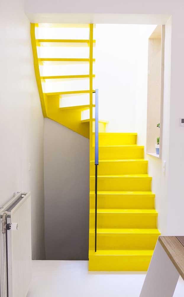 E se a sua intenção for destacar a escada no ambiente, pinte-a de amarelo