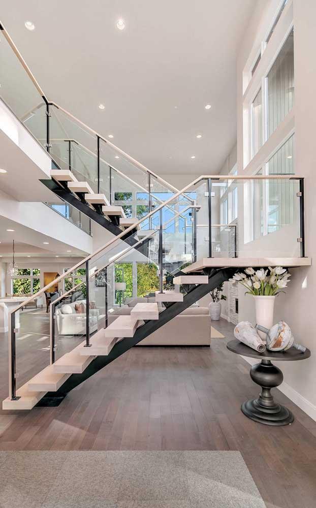 Uma escada super moderna no meio da sala para deixar seus convidados boquiabertos