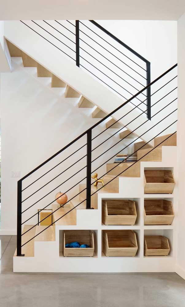 Escada moderna com nichos embutidos na parte inferior; ótima maneira de otimizar os espaços