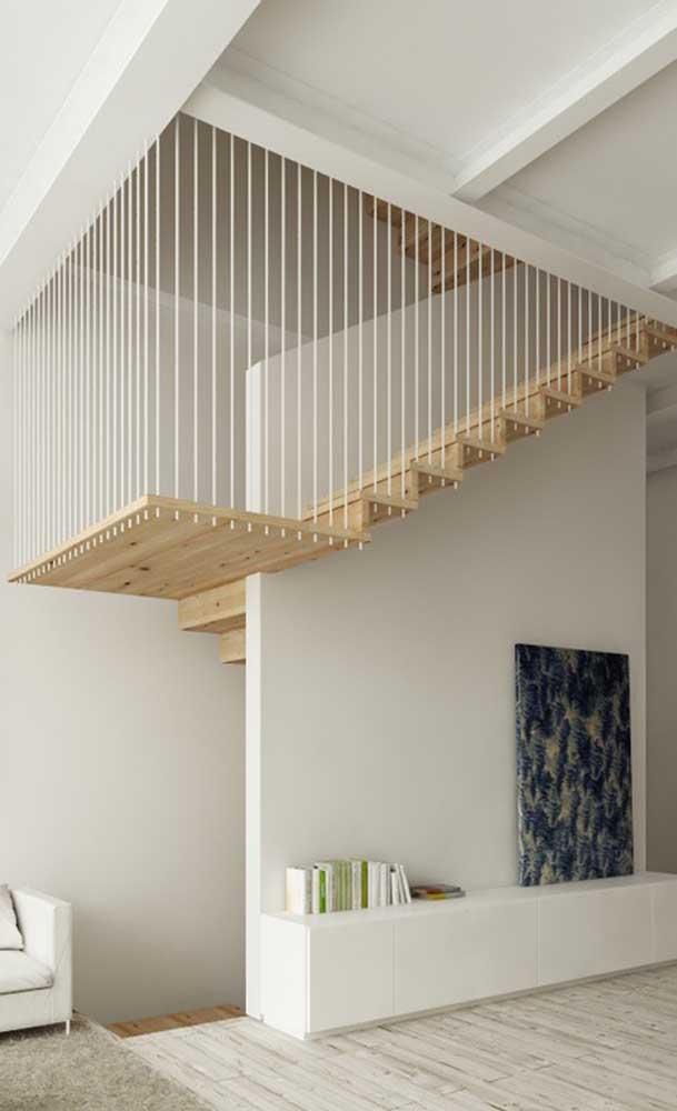 Apaixonante esse modelo de escada suspensa por cordas de aço; a madeira clara de pinus trouxe ainda mais leveza ao projeto