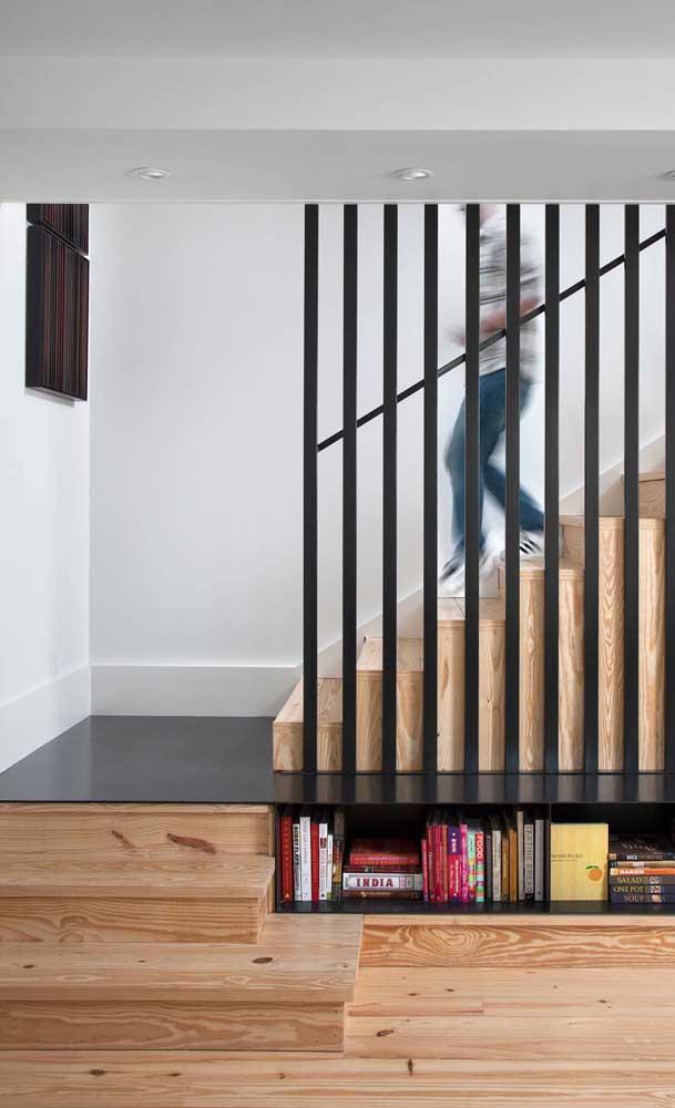 O primeiro patamar dessa escada em formato U funciona também como um nicho e banco, ideia genial!