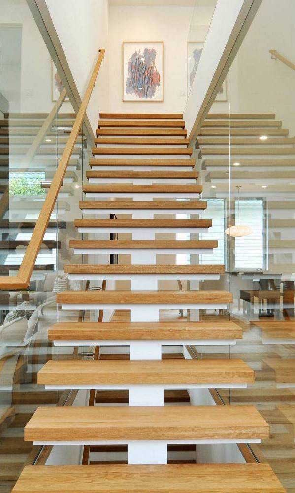 Escada reta moderna com degraus em madeira