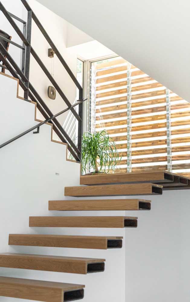 Escada autoportante com degraus feitos em aço e revestidos com madeira