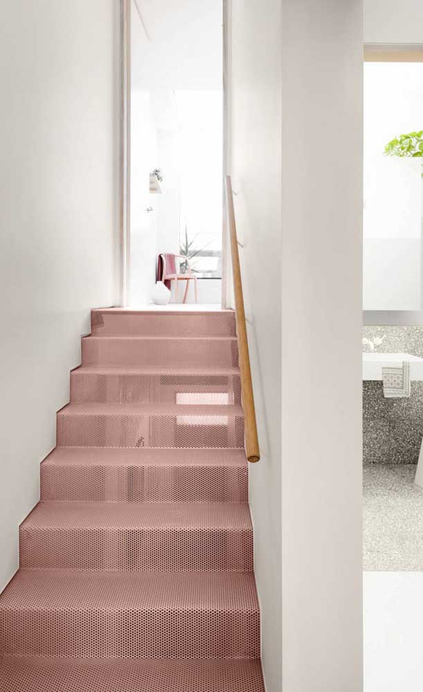 Que charmosa essa escada de aço vazado na cor rosa!