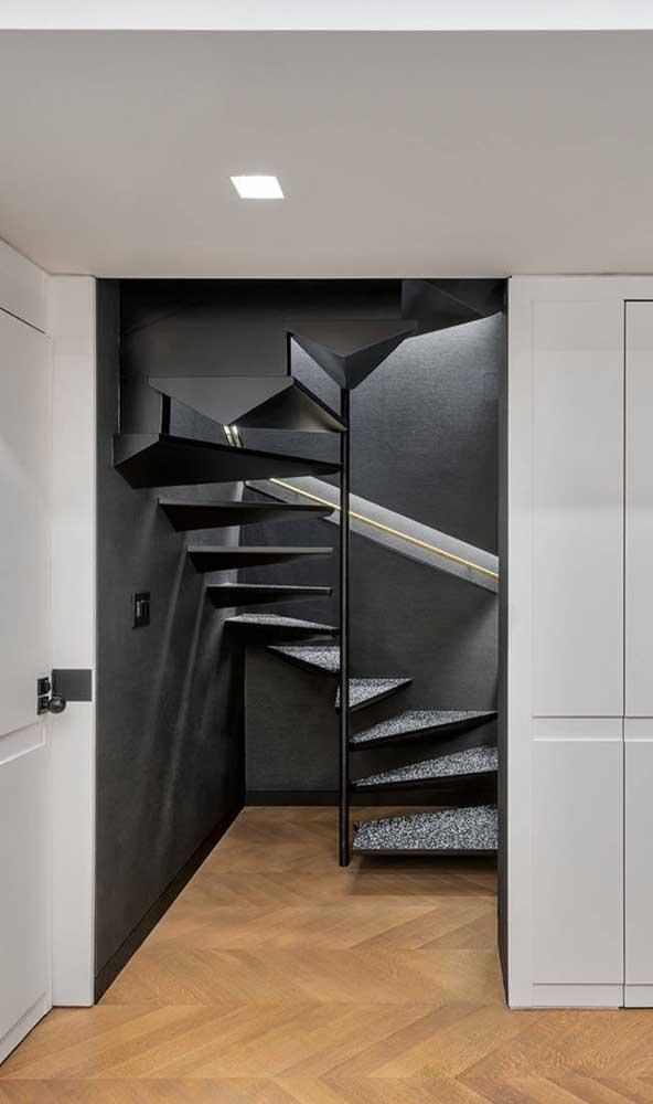 Escada moderna em estilo caracol: a solução para pequenos espaços