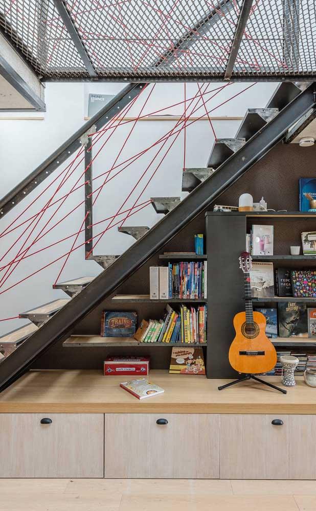 Escada reta moderna de aço; repare que o espaço embaixo foi completamente aproveitado com a criação de um cantinho cheio de personalidade