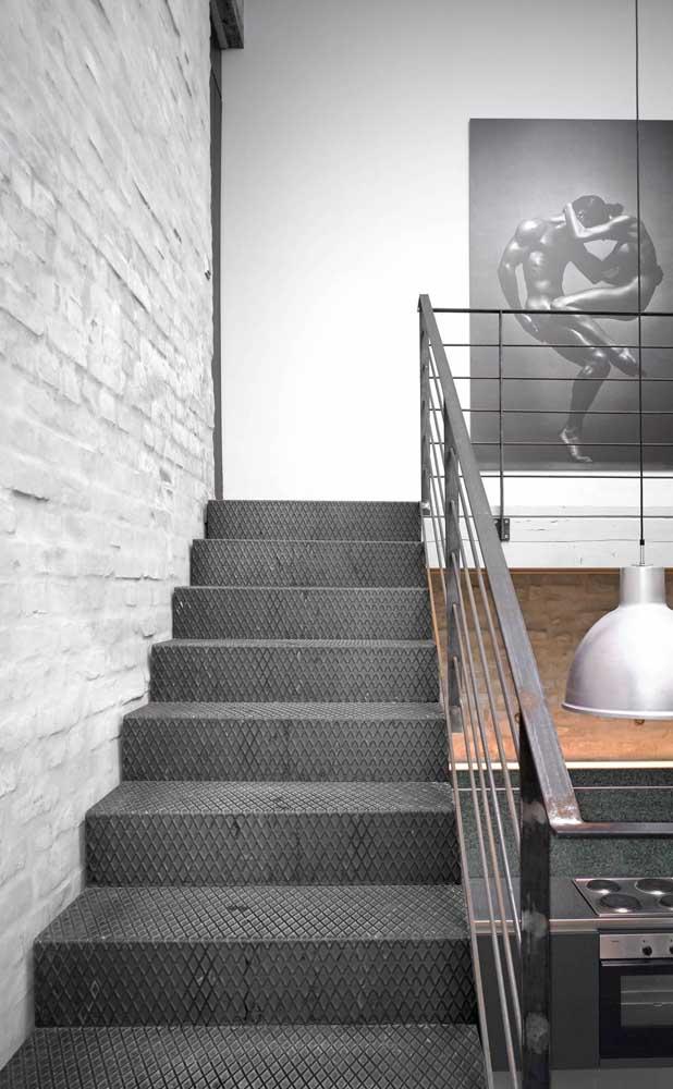 Escada moderna de aço para combinar com o estilo despojado da casa