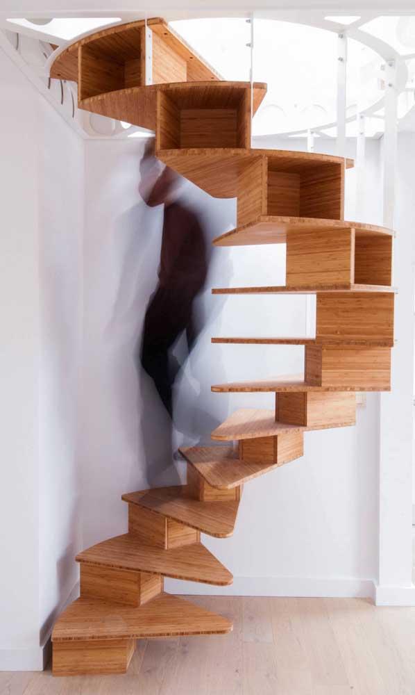 E o que acha dessa outra escada em caracol? Incrível! Repare que os vãos laterais dos degraus ainda podem ser utilizados como nichos
