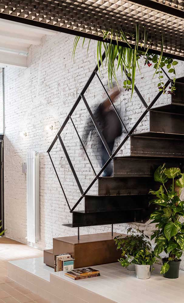 Aço e madeira formam a combinação perfeita de materiais para uma escada moderna