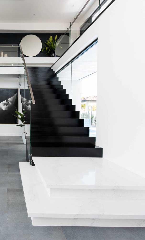 E que tal uma escada moderníssima toda preta com guarda corpo de vidro? Um luxo!