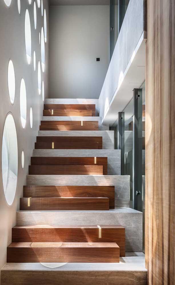 Sempre é possível inovar na composição dos degraus! Esse projeto de escada moderna que o diga