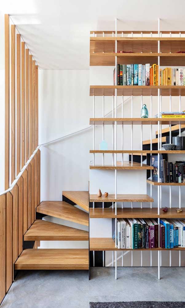 Escada e estante integram o mesmo projeto por aqui