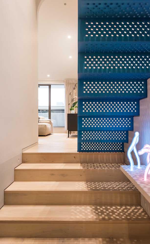 Escada de aço azul: como não notá-la?