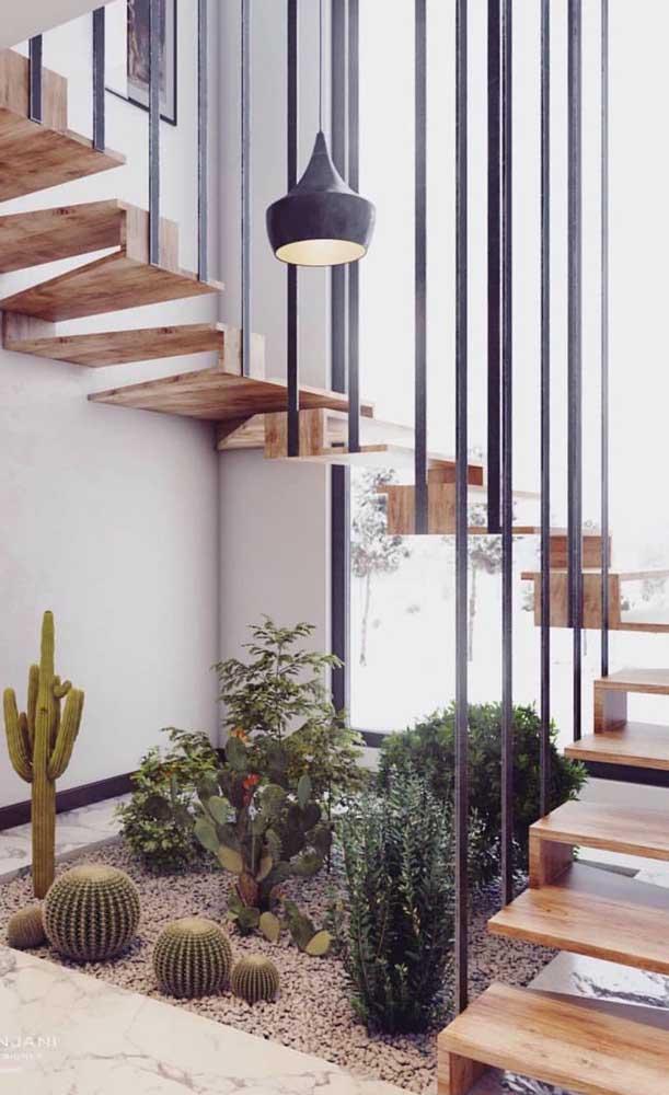 Tem espaço sobrando embaixo da escada moderna? Bora fazer um jardim de inverno, então!
