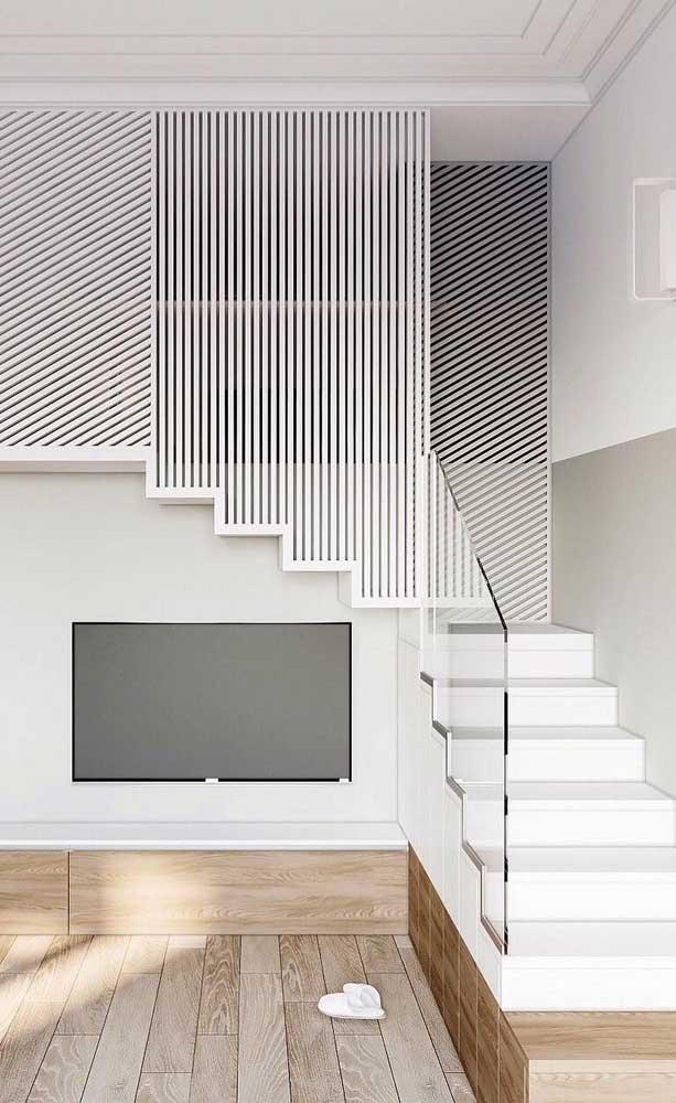 A combinação entre o branco e o vidro trouxe um toque clean e luminoso para essa escada moderna