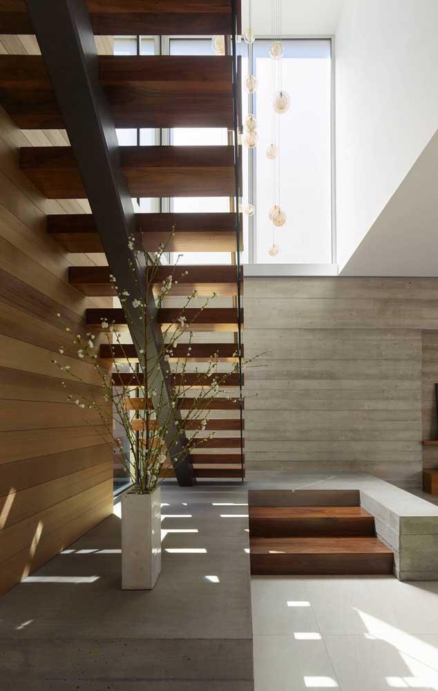 Escada reta de madeira: formato e material tradicionais, mas em uma leitura muito mais moderna