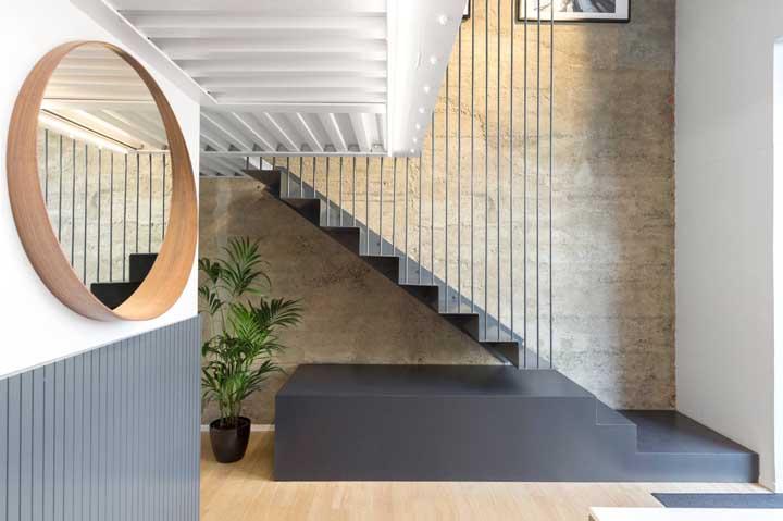 Escada moderna de aço cinza: a protagonista do ambiente