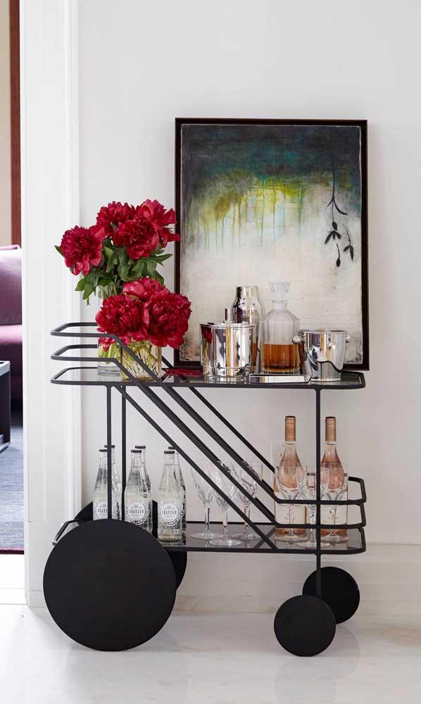 Carrinho bar de metal preto: flores e garrafas padronizadas para garantir a beleza da peça