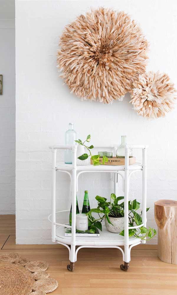 Carrinho bar branco destacado pelo verde das plantas