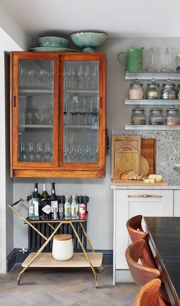 O carrinho bar que está na cozinha pode ser levado para onde quiser