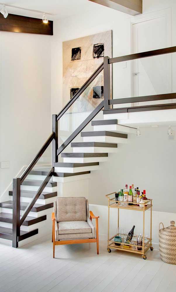 Aquele espaço vazio embaixo da escada vai muito bem com um carrinho bar