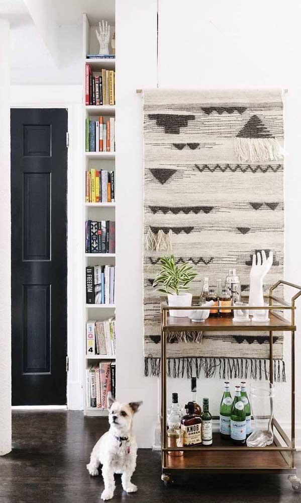 Que tal uma tapeçaria de parede para incrementar o espaço destinado ao carrinho bar?
