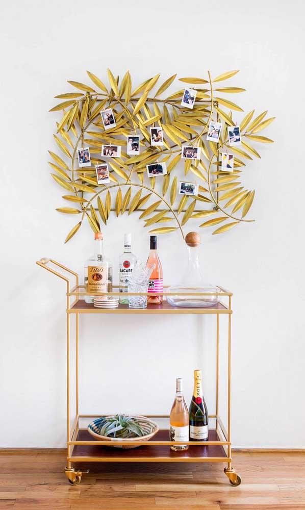Carrinho bar simples decorado com a ajuda do painel de fotos na parede