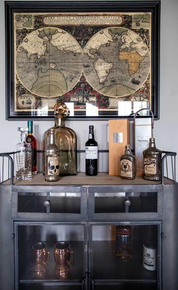 Tem algum armário velho aí na sua casa? Então considere a possibilidade de reformá-lo e transformá-lo em um carrinho bar