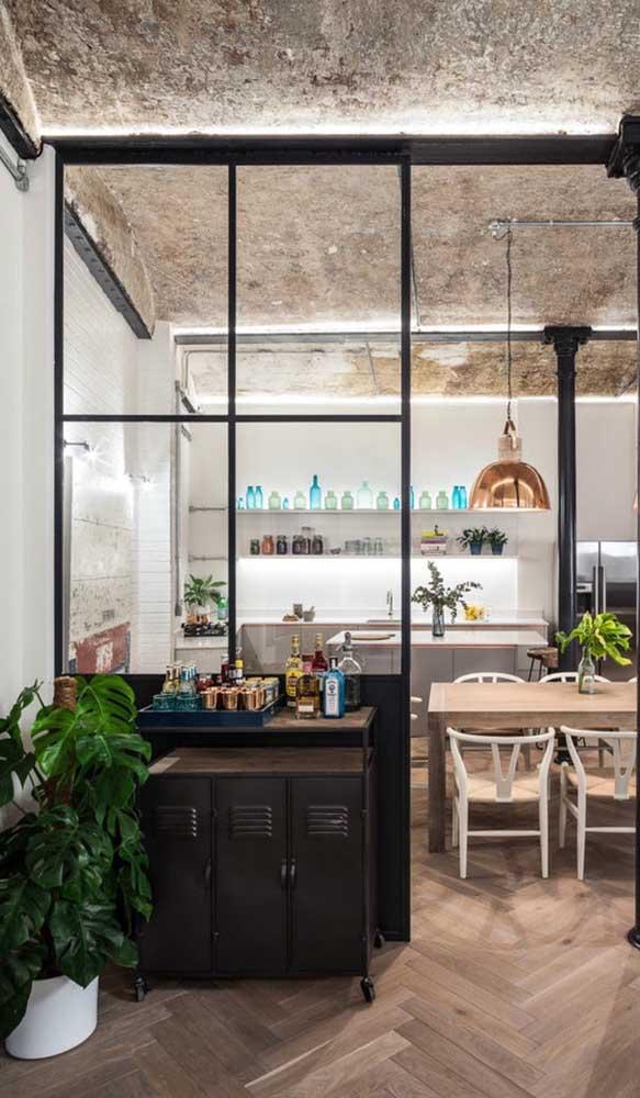 O antigo armário de metal pode virar o carrinho bar perfeito para sua casa