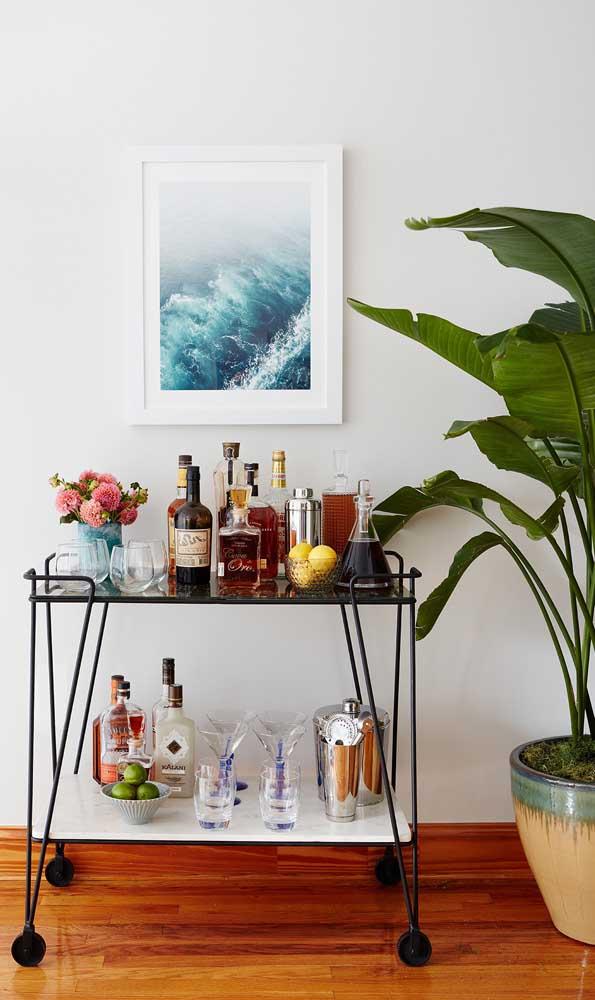 Carrinho bar moderno e minimalista decorado com flores e frutas