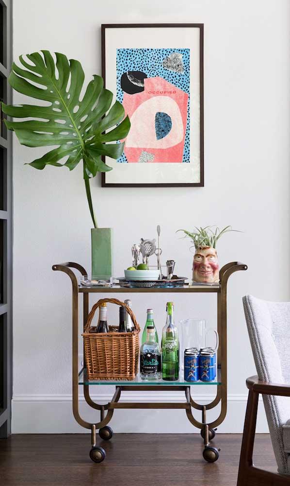 O cesto de vime ajuda a decorar e organizar os itens do carrinho bar