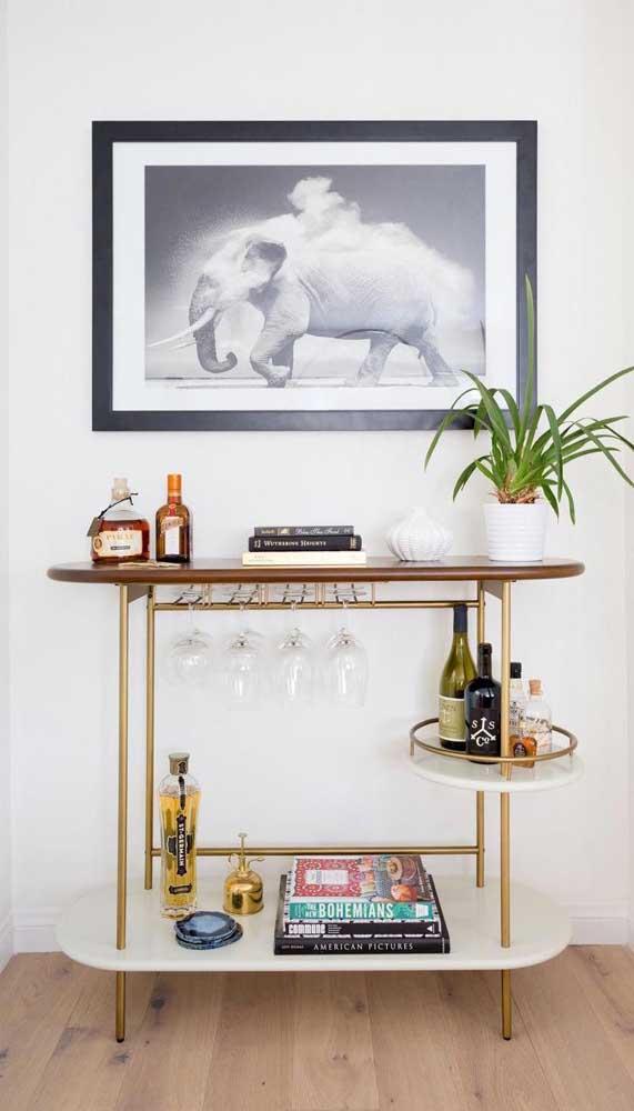 Plantas, taças, garrafas, livros... Com organização é possível inserir diferentes elementos no carrinho bar