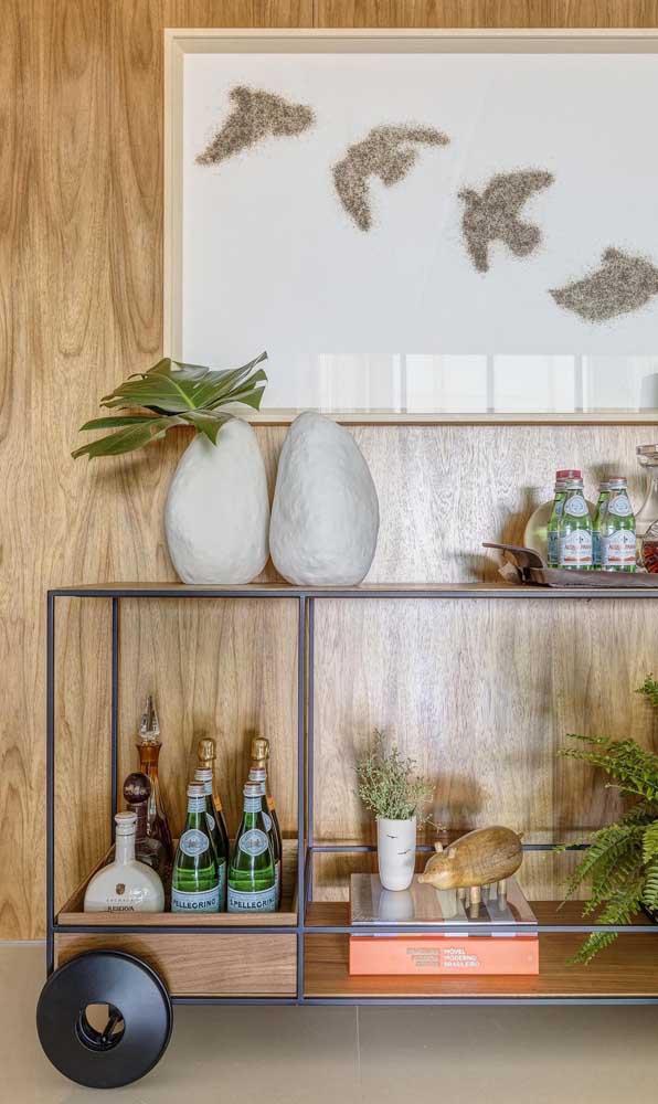 Mais do que um espaço para armazenar bebidas, o carrinho bar possui um peso grande na decoração do ambiente