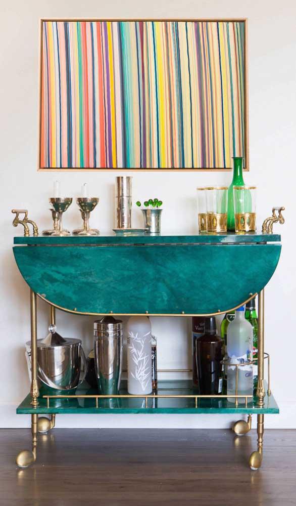 E falando em dourado e verde, dá só uma olhada nessa outra opção de carrinho bar