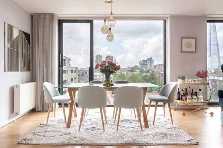 Carrinho bar estrategicamente posicionado na parede que demarca o espaço entre a sala de jantar e a sala de estar