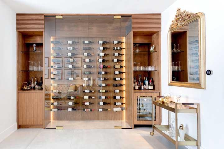 Nesse espaço todo dedicado às bebidas, o carrinho bar vem para auxiliar na organização e armazenamento dos acessórios, além, é claro, de dar aquele toque de beleza no ambiente
